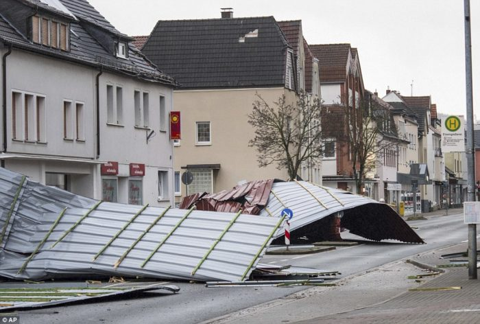 484669E900000578-5284361-The_roof_of_a_supermarket_lies_on_the_street_in_Menden_western_G-a-86_1516290451730