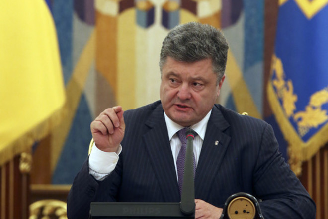 epa04260965 Ukrainian President Petro Poroshenko speaks during the National Security Council meeting in Kiev, Ukraine, 16 June 2014. Ukrainian President Petro Poroshenko on 16 June called for fighting to stop by the end of the week, in comments after a meeting of security officials in Kiev, Interfax Ukraine reported.  EPA/SERGEI CHIRIKOV