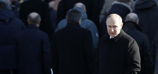 epa06556991 Russian President Vladimir Putin attends a wreath-laying ceremony at the Tomb of the Unknown Soldier memorial in Moscow, Russia, 23 February 2018. Russia marks today a Day of the Fatherland Defender.  EPA-EFE/SERGEI CHIRIKOV