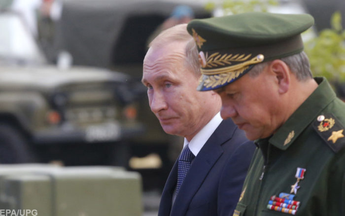 epa04802356 Russian President Vladimir Putin (L) and Defence Minister Sergei Shoigu (R) arrive for the opening of the Army-2015 international military forum in Kubinka, outside Moscow, Russia, 16 June 2015. Hundreds of Russian defense companies and weapon manufacturers will take part in the event, displaying about 5,000 pieces of weaponry and military equipment, ranging from helicopters and fighter jets to tanks and small arms.  EPA/MAXIM SHEMETOV/POOL