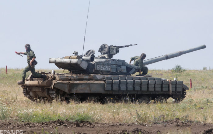 epa06838793 Pro-Russian rebel's tanks take part in a military exercise on a shooting range near Luhansk, Ukraine, 25 June 2018. EPA-EFE/ALEXANDER ERMOCHENKO