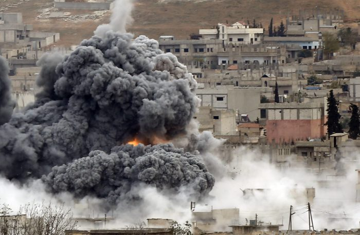 An explosion following an air strike is seen in central Kobani in Syria, November 17, 2014. Picture taken from the Turkish side of the Turkish-Syrian border. REUTERS/Osman Orsal (TURKEY - Tags: POLITICS MILITARY CONFLICT TPX IMAGES OF THE DAY)
